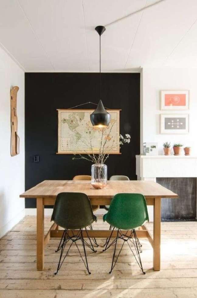 60. Sala de jantar simples decorada com cadeira verde e mesa de madeira – Foto: Pinterest