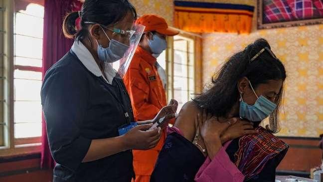 Funcionários da ONU estão apelando a países ricos para compartilharem mais suas vacinas excedentes