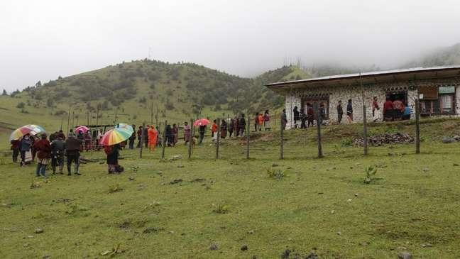 Alguns profissionais de saúde tiveram que caminhar por horas para chegar a vilarejos remotos nas montanhas