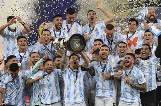 Messi levantou a taça da Copa América no Maracanã (FOTO: CARL DE SOUZA / AFP)