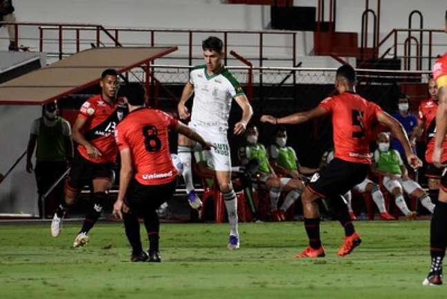 Dragão e Coelho fizeram um duelo disputado na noite de domingo, em Goiânia-(Marina Almeida / América-MG)