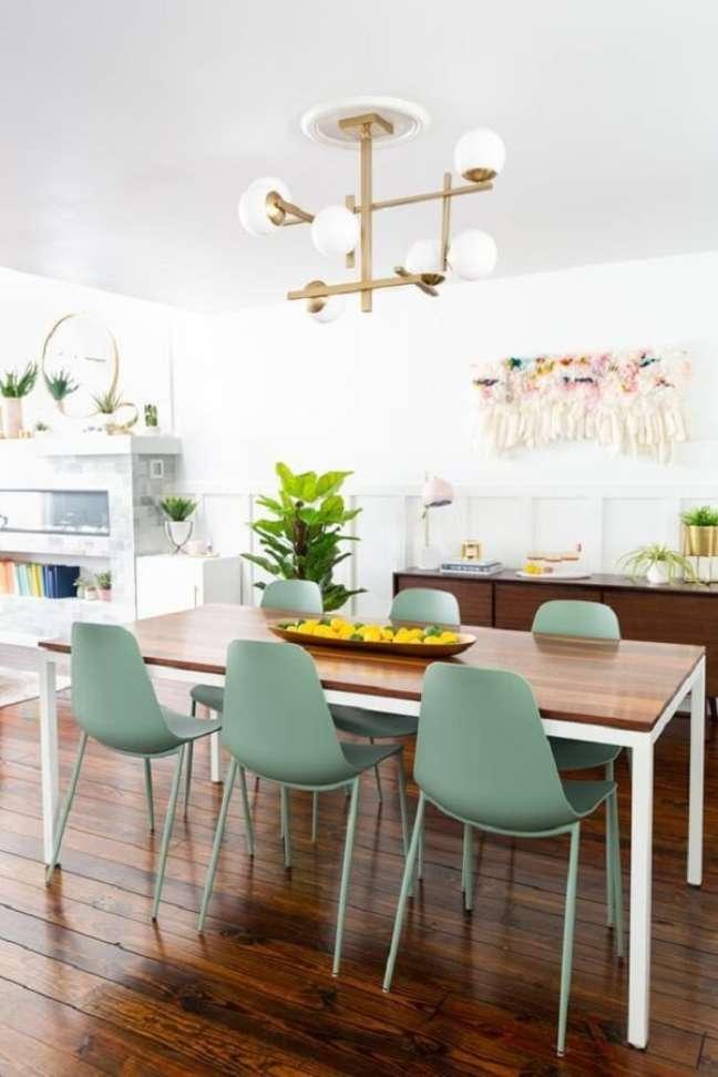 22. Cadeira verde claro para decoração de sala de jantar com luminária moderna – Foto: Jeito de Casa