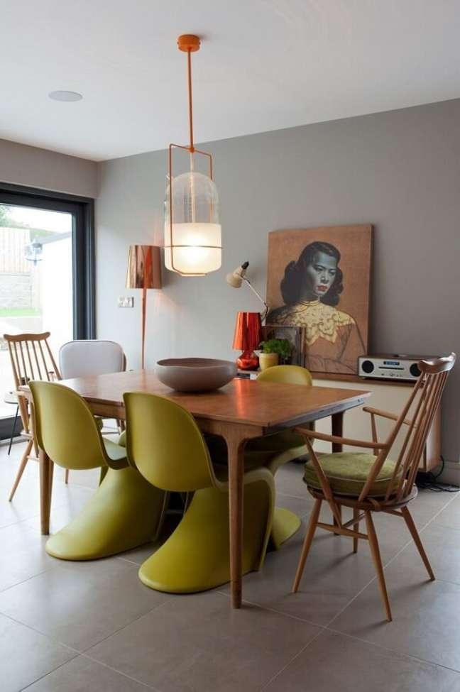 9. Cadeira verde musgo para decoração de sala de jantar cinza moderna – Foto: Home Fashion Trend