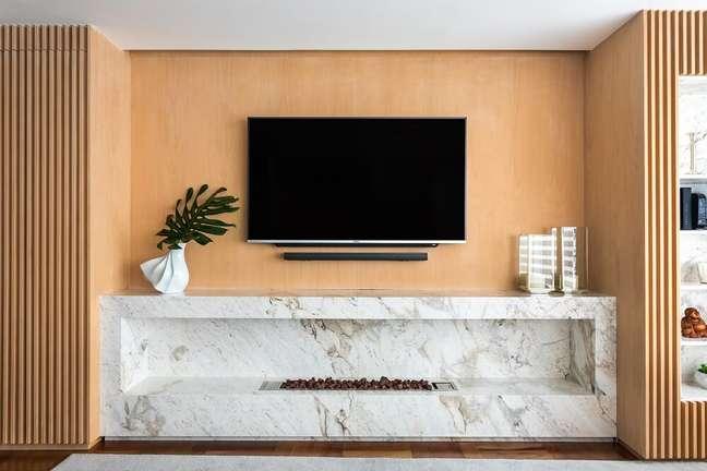 3. O painel da TV foi projetado em escritório e executado em marcenaria. Foto: Eduardo Macarios
