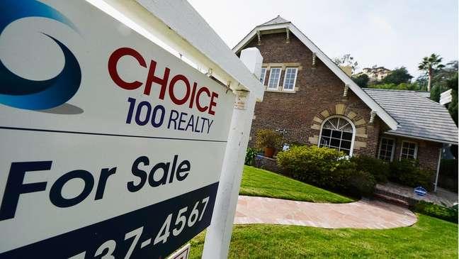 Enquanto algumas famílias temem ficar sem um lugar para morar, outras estão comprando casas