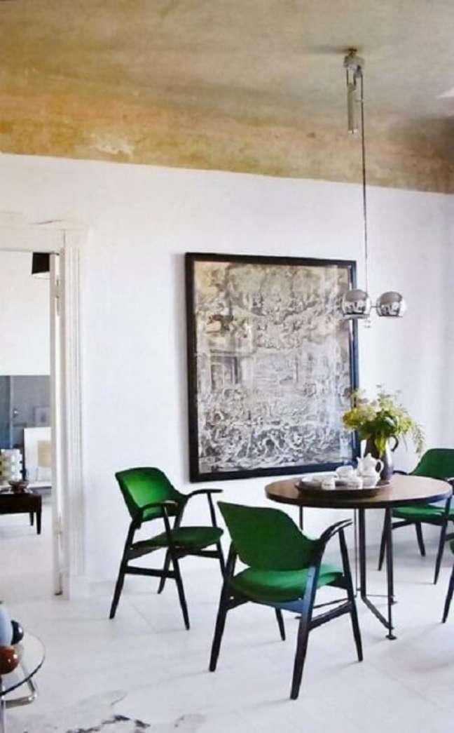 24. Cadeira verde escuro moderna para sala de jantar decorada com mesa redonda – Foto: Apartment Therapy