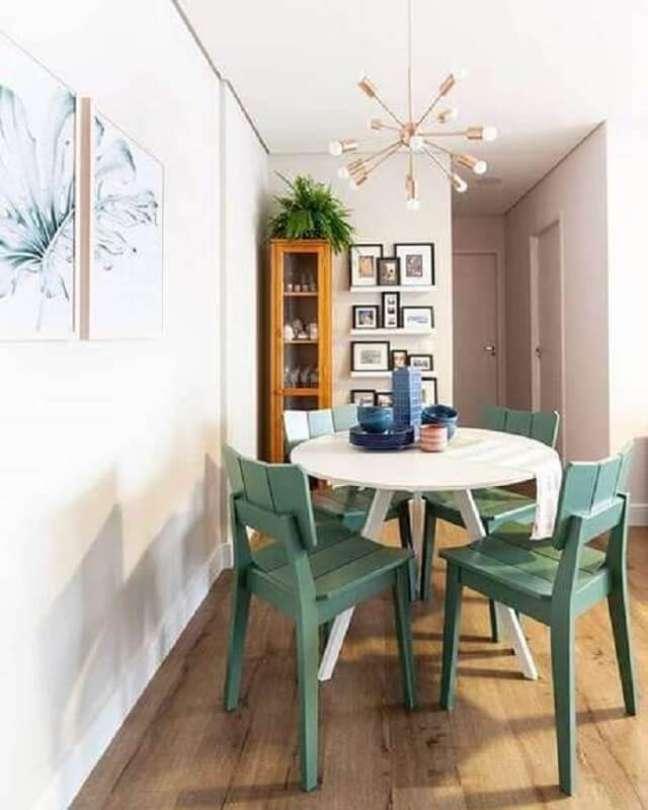 31. Cadeira verde simples para decoração de sala de jantar pequena com mesa redonda – Foto: Pinterest