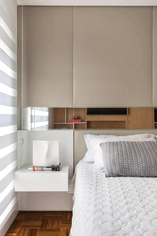 13. A persiana escolhida além de trazer privacidade ao cômodo, bloqueia parcialmente a entrada de luz natural. Foto: Eduardo Macarios