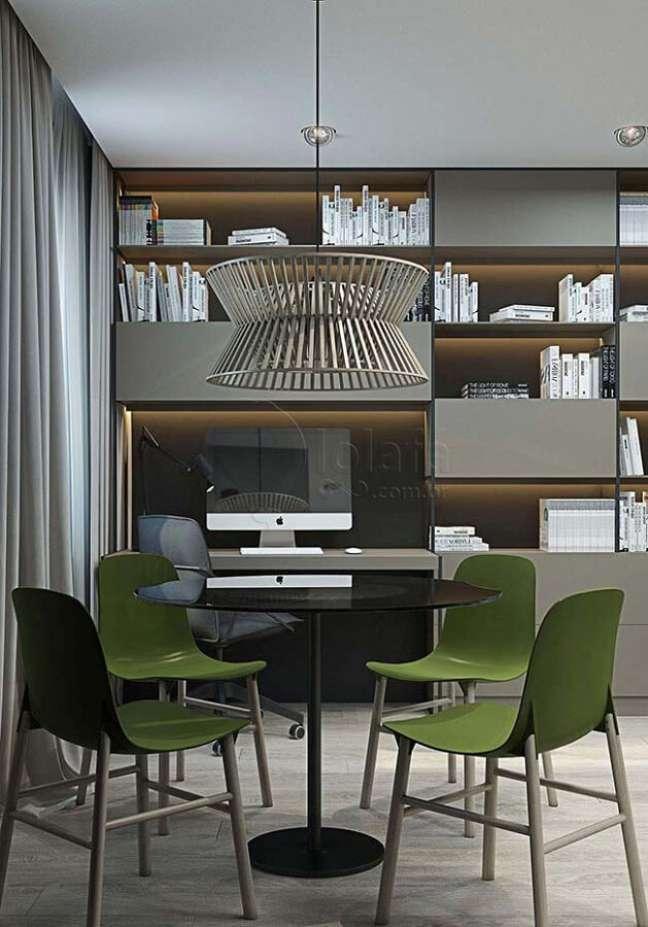 46. Decoração moderna para sala de jantar cinza com cadeira verde musgo – Foto: Pinterest