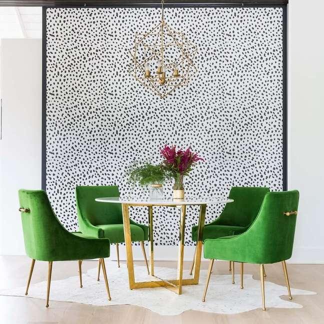 57. Sala de jantar decorada com mesa redonda e cadeira estofada verde – Foto: Pinterest