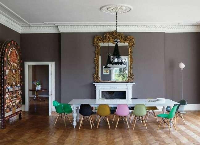 55. Sala de jantar cinza grande decorada com cadeira eames verde – Foto: Pinterest