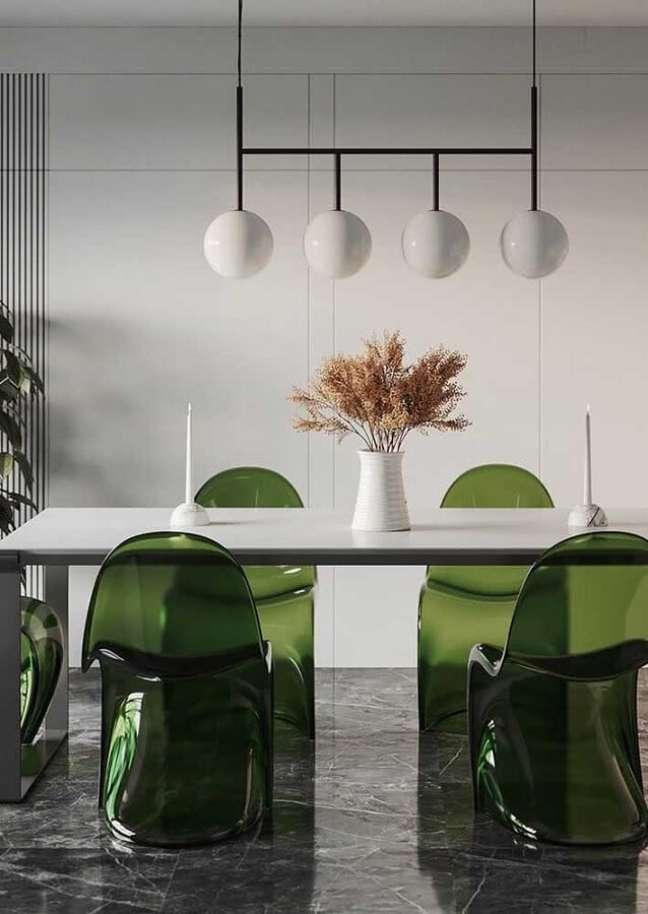 59. Sala de jantar moderna decorada com cadeira verde de acrílico – Foto: Futurist Architecture