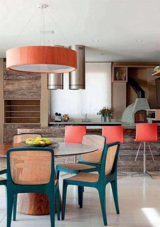 23. Cadeira verde com palhinha para decoração de varanda gourmet com churrasqueira – Foto: Histórias de Casa
