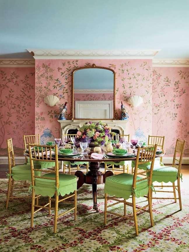 48. Decoração vintage para sala de jantar com cadeira verde e papel de parede rosa – Foto: Pinterest
