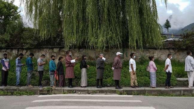 Pessoas fazem fila para receber vacina contra covid na capital Thimpu