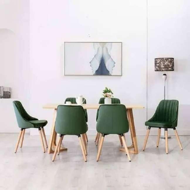 47. Decoração simples para sala de jantar branca com cadeira verde escuro – Foto: KuantoKusta