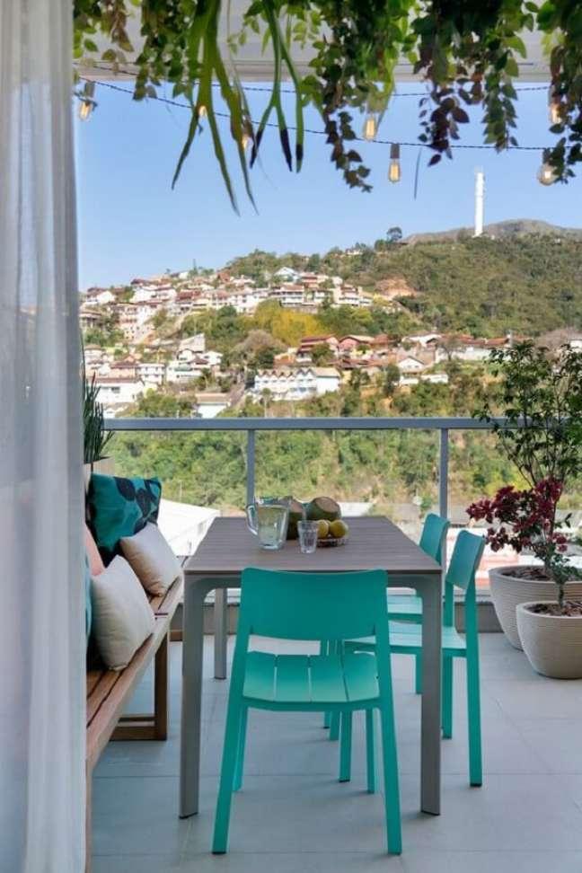 21. Cadeira verde água para decoração de varanda – Foto: Casa de Valentina