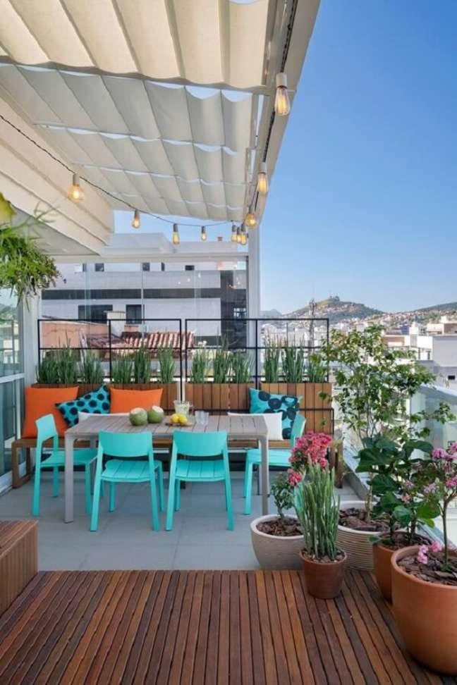 8. Varanda gourmet decorada com vasos de plantas e cadeira verde água – Foto: Casa de Valentina