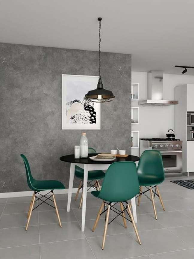 58. Sala de jantar decorada com parede de cimento queimado e cadeira eames verde escuro – Foto: Pinterest