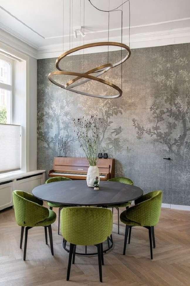 27. Cadeira verde musgo estofada para decoração de sala de jantar com mesa redonda e lustre moderno – Foto: Futurist Architecture