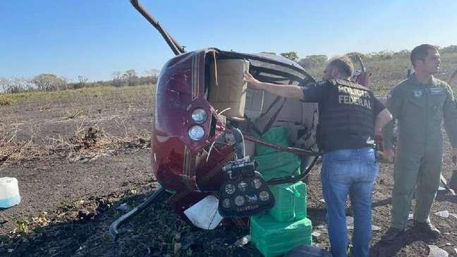 O helicóptero com quase 300 quilos de cocaína caiu e tombou em uma fazenda, no município de Poconé (MT). Os ocupantes não foram encontrados