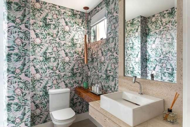 8. As flores africanas do papel de parede se destacam na decoração do banheiro. Foto: Eduardo Macarios