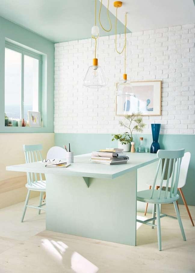 36. Decoração clean para sala de jantar com cadeira verde menta – Foto: Pinterest