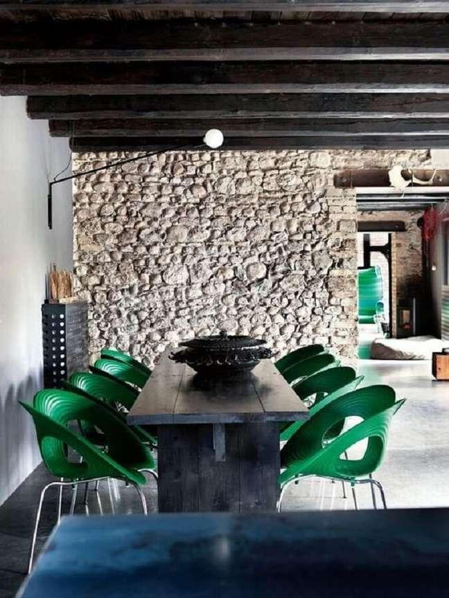 50. Parede de pedra rústica para decoração de sala de jantar com cadeira verde moderna – Foto: Decoholic