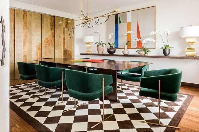10. Decoração moderna para sala de jantar sofisticada com cadeira estofada verde escuro – Foto: Casa de Valentina