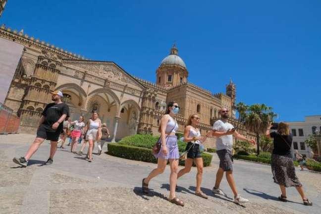 Movimentação de turistas em Palermo, sul da Itália