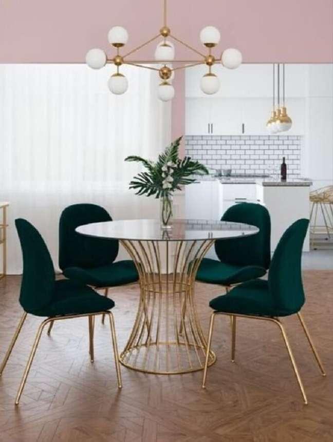 25. Cadeira verde escuro para decoração de sala de jantar com mesa redonda de vidro – Foto: Eternity Modern