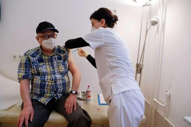 Cidadão de 84 anos é vacinado na capital Berlim, na Alemanha