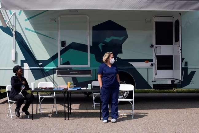 Enfermeiras aguardam e centro de vacinação contra Covid-19 em Detroit 21/07/2021 REUTERS/Emily Elconin/File Photo