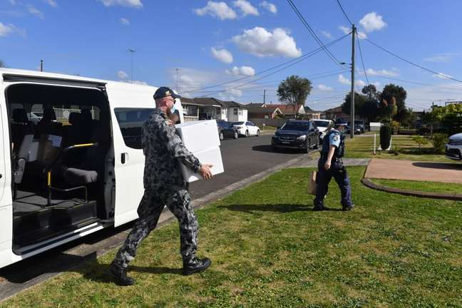 Soldados e policiais entregam comida para pessoas em lockdown em Sydney 02/08/2021 AAP Image/Mick Tsikas via REUTERS
