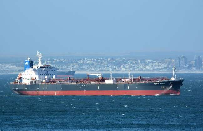 Navio-tanque Mercer Street na costa da Cidade do Cabo, em foto de arquivo  31/12/2015 Johan Victor/Divulgação via REUTERS