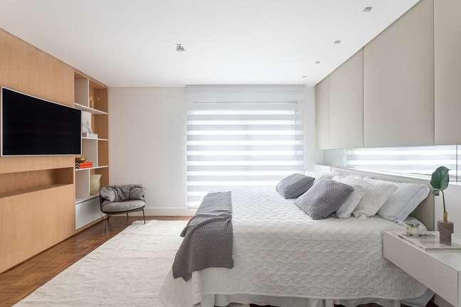 9. A persiana permite a entrada parcial de luz natural e ilumina de forma aconchegante o dormitório. Foto: Eduardo Macarios