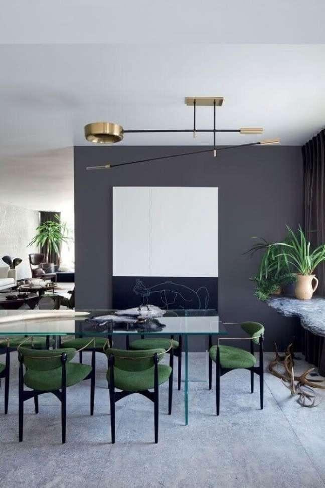 41. Decoração de sala de jantar cinza com cadeira verde estofada moderna e mesa de vidro – Foto: Home Decor Ideas