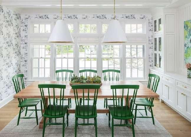 29. Cadeira verde para sala de jantar branca decorada com papel de parede e mesa de madeira – Foto: Pinterest