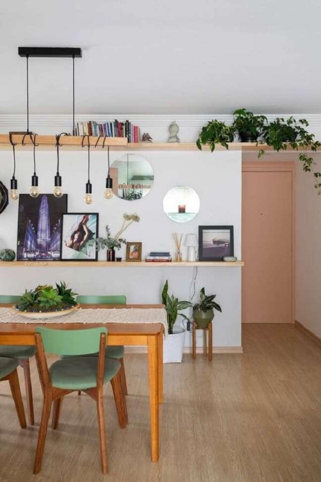 13. Cadeira de jantar verde para decoração de sala de jantar com mesa de madeira e luminária simples – Foto: Casa de Valentina