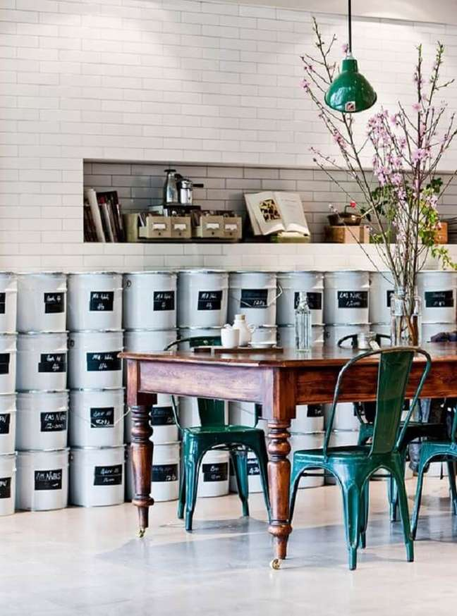 45. Decoração estilo industrial com mesa de madeira e cadeira verde escuro – Foto: Casa de Valentina