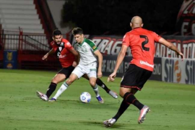 O jogo em Goiânia teve equilíbrio e gols no empate entre Coelho e Dragão-(Marina Almeida/América-MG)