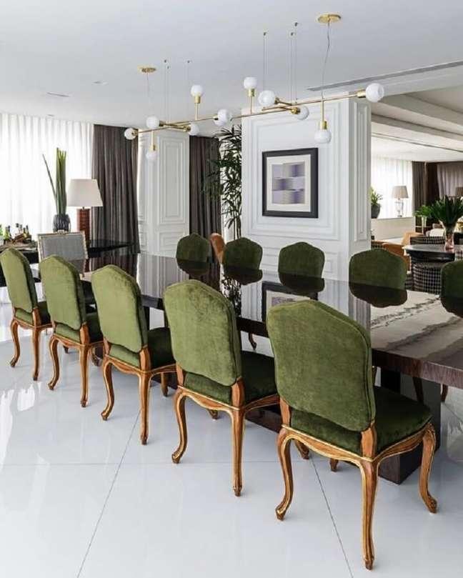 5. Decoração clássica para sala de jantar sofisticada com cadeira estofada verde escuro – Foto: Maurício Karam Arquitetura