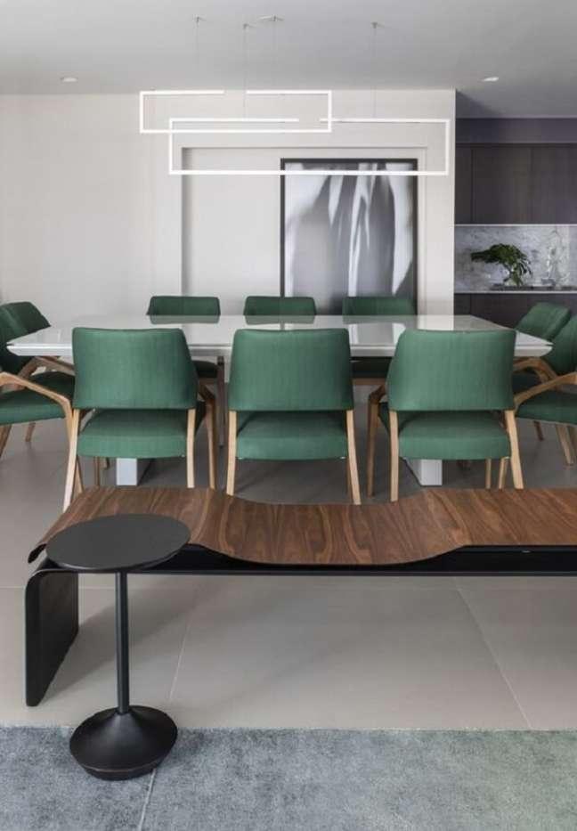 35. Decoração clean com cadeira estofada verde para sala de jantar branca moderna – Foto: Futurist Architecture