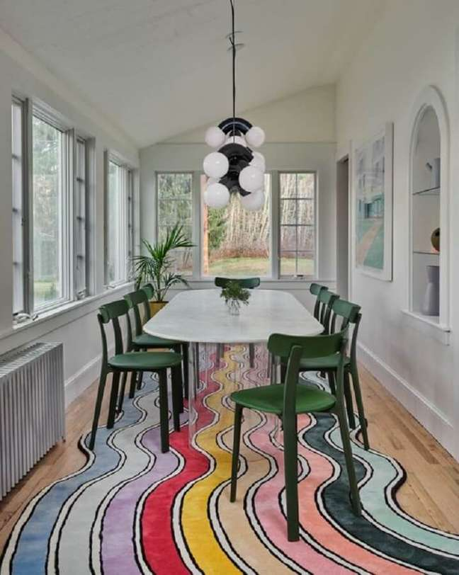 2. Cadeira de jantar verde para sala decorada com tapete colorido – Foto: domino magazine