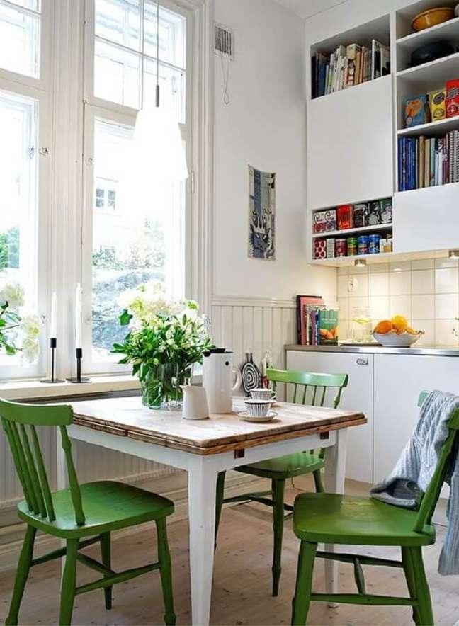 32. Cozinha branca simples decorada com cadeira verde e mesa quadrada – Foto: Pinterest