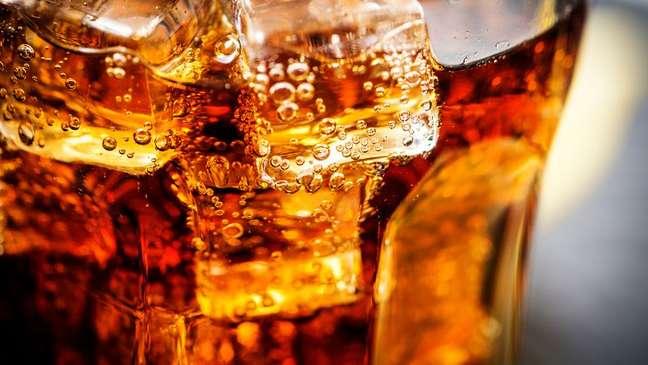 As primeiras bebidas com gás à base de cola eram comercializadas como tônicos saudáveis, graças ao efeito estimulante da cola, das folhas de coca e da cafeína