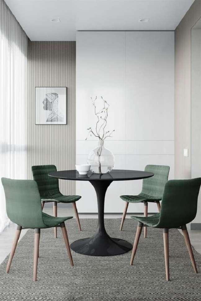 14. Cadeira de jantar verde para decoração de sala de jantar minimalista com mesa redonda – Foto: Jeito de Casa