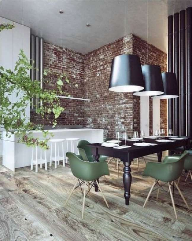 6. Sala de jantar estilo industrial decorada com luminária preta e cadeira eames verde – Foto: Futurist Architecture