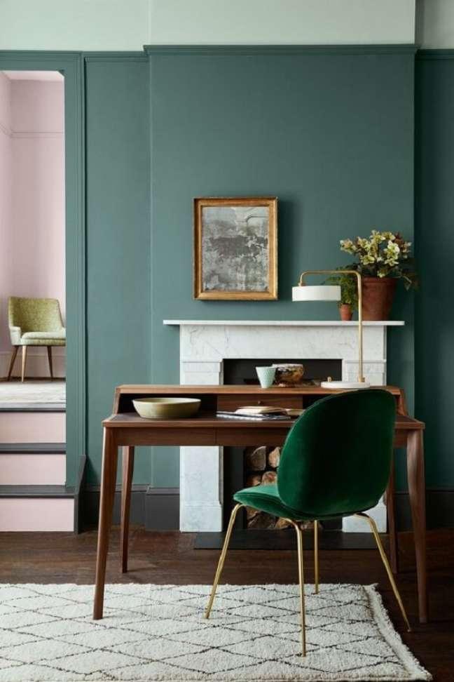 39. Decoração de home office com cadeira veludo verde para escrivaninha de madeira – Foto: Pinterest