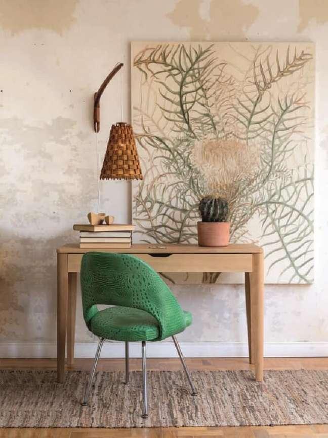 40. Decoração de home office com escrivaninha de madeira e cadeira verde estofada – Foto: Histórias de Casa